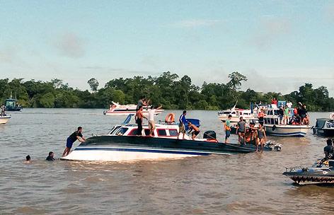 Rettungskräfte auf einem Boot