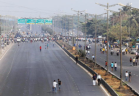 Leere Straße in Mumbai, im Hintergrund Dalit-Proteste
