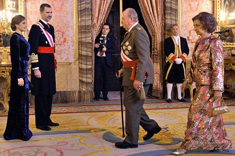 Der spanische König Felipe VI., seinen Vorgänger Juan Carlos, dessen Frau Sofia und Königin Letizia.