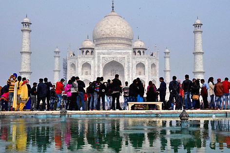 Touristen vor dem Taj Mahal im indischen Agra