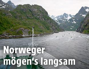 Schiff in einem Fjord