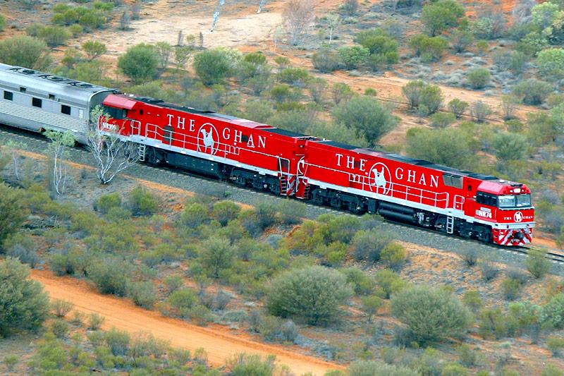 """Luftaufnahme vom australischen Zug """"The Ghan"""""""