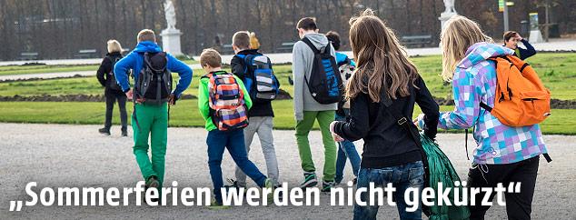 Schulkinder in einem Park