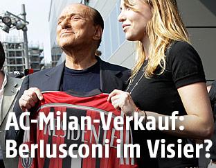 Silvio Berlusconi mit seiner Tochter Barbara und einem AC-Milan-Shirt