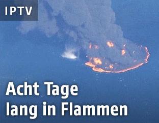 Luftaufnahme des brennenden Öltankers
