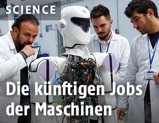 Wissenschaftler mit einem Roboter