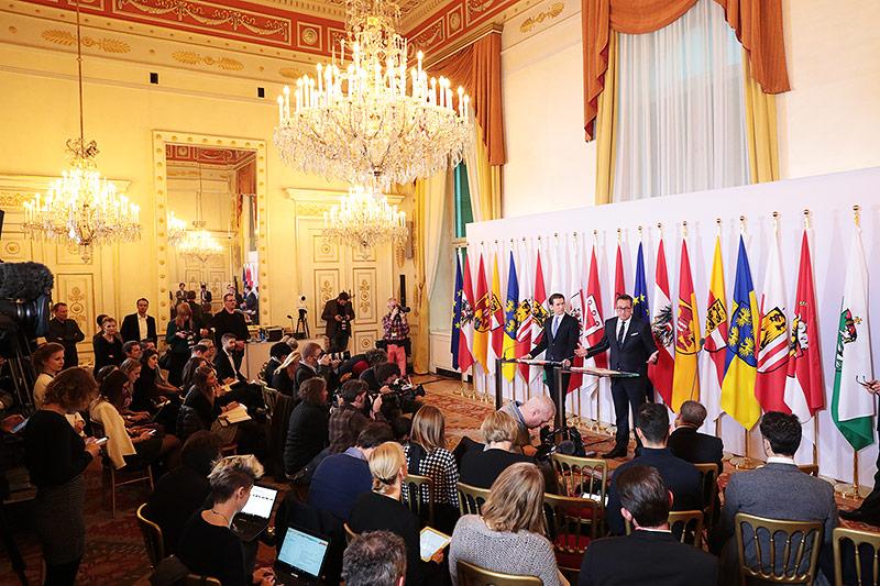 Bundeskanzler Sebastian Kurz und Vize Kanzler HC Strache vor zahlreichen Journalisten