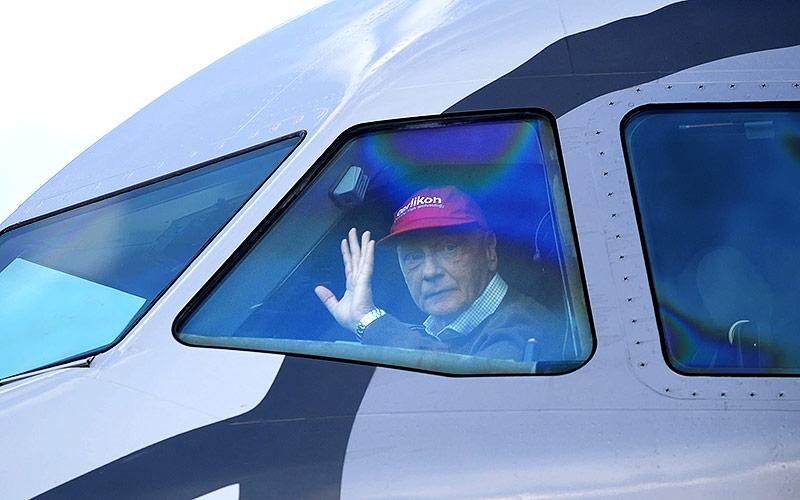 Archivbild aus dem Jahr 2010 zeigt Pilot Niki Lauda im Cockpit eines A320 am Salzburger Flughafen