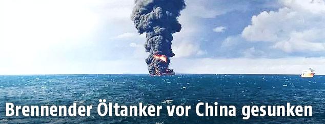 Rauchwolke über dem brennenden Öltanker