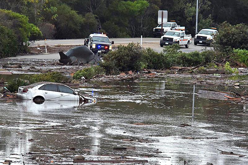 Polizeiautos vor überschwemmtem Gebiet