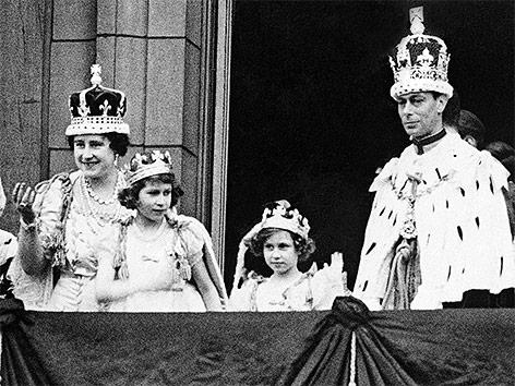 Archivbild aus dem Jahr 1937 zeigt Queen Elizabeth, die Königstöchter Elizabeth und Margaret sowie König Georg VI. unmittelbar nach seiner Krönung