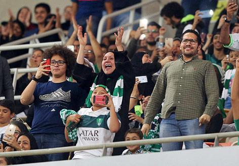 Saudische Frau als Fan im Stadion