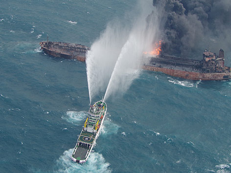 Luftaufnahme des brennenden Tankers Sanchi und eines Rettungsschiffes