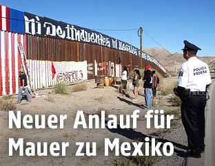 Polizist an der in Bau befindlichen Grenzmauer zu Mexiko