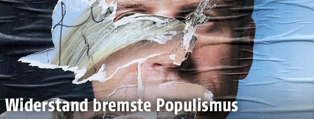 Zerrissene französische Wahlplakate zeigen die Kandidaten Emmanuel Macron und Marine Le Pen