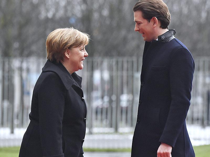 Die deutsche Bundeskanzlerin Angela Merkel begrüßt Österreichs Bundeskanzler Sebastian Kurz