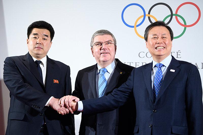 Thomas Bach mit Nordkoreas Sportminister Kim Il Guk und Südkoreas Sportminister Do Jong-hwan