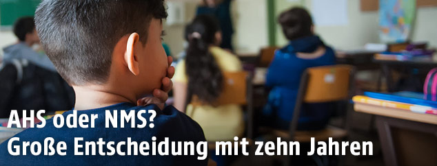 Schüler in der Schulklasse stützt mit einer Hand seinen Kopf und blickt zur Seite