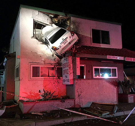 Auto steckt in erstem Stock eines Gebäudes