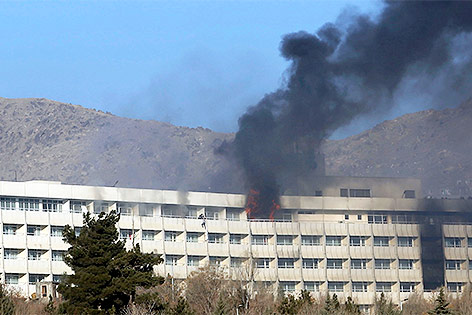 Rauch dringt aus dem Hotel Intercontinental in Kabul