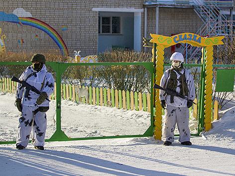Sondereinheit der Polizei vor der Schule in Ulan-Ude