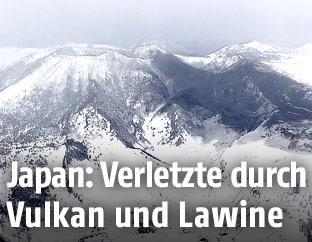Asche des Vulkans Kusatsu-Shirane bedeckt eine Skipiste in Kusatsu in Japan