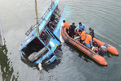 Abgestürzter Bus in Indien