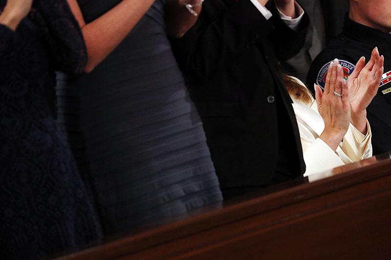 US-First-Lady Melania Trumpl klatscht während dem stehenden Beifall für ihren Mann im Sitzen