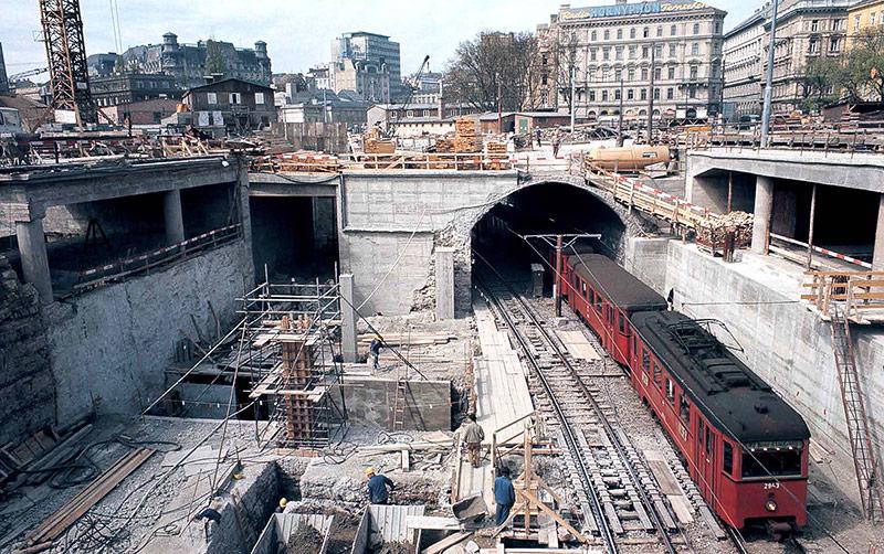 Alte rote Stadtbahnzüge auf der Baustelle der künftigen U4-Station Karlsplatz im Jahr 1972