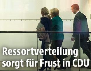 Die deutsche Bundeskanzlerin Angela Merkel (CDU) verlässt die Sitzung der CDU/CSU-Fraktion im Bundestag