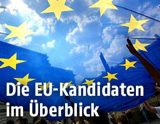Blick durch eine EU-Flagge