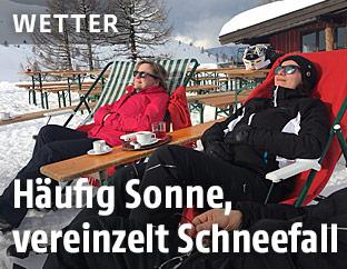 Frauen im Liegestuhl genießen die Sonne am Berg