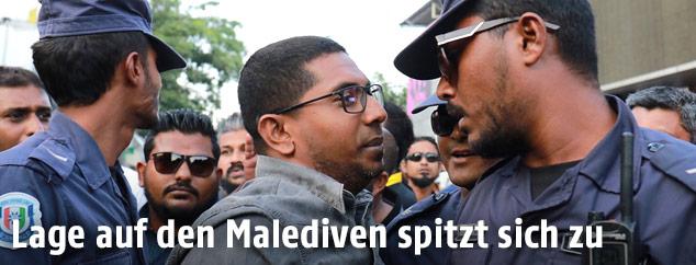 Konfrontation zwischen Demonstrant und Polizei auf den Malediven
