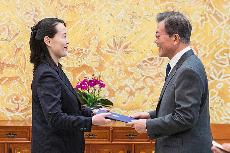 Kim Yo Jong, die Schwester von Nordkoreas Machthaber Kim Jong Un, überreicht einen Brief ihres Bruders an Südkoreas Präsident Moon Jae
