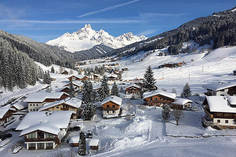 Häuser und Winterlandschaft