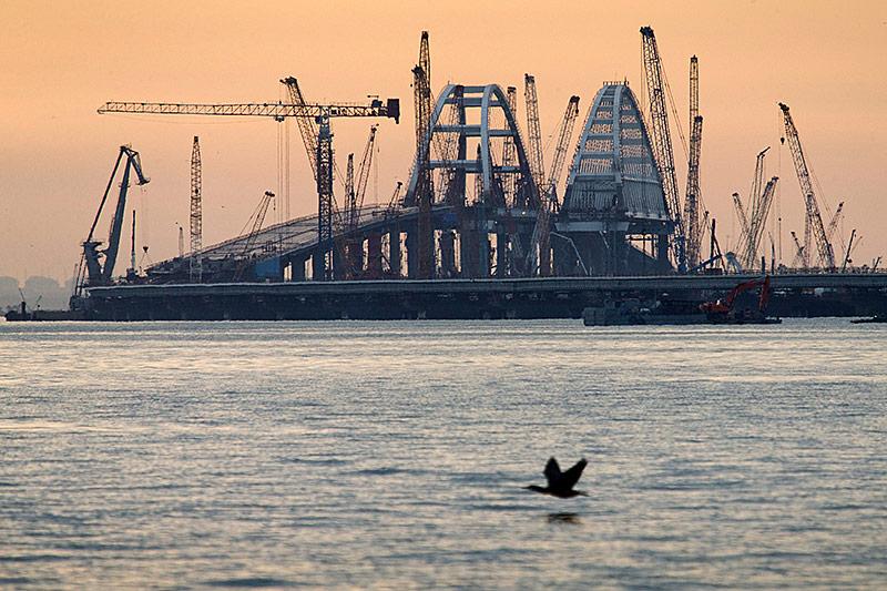 Brücke über die Straße von Kertsch zwischen Russland und Krim im Bau