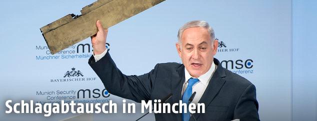 Der israelische Ministerpräsident Benjamin Netanjahu hält einen Teil einer Drohne in die Höhe