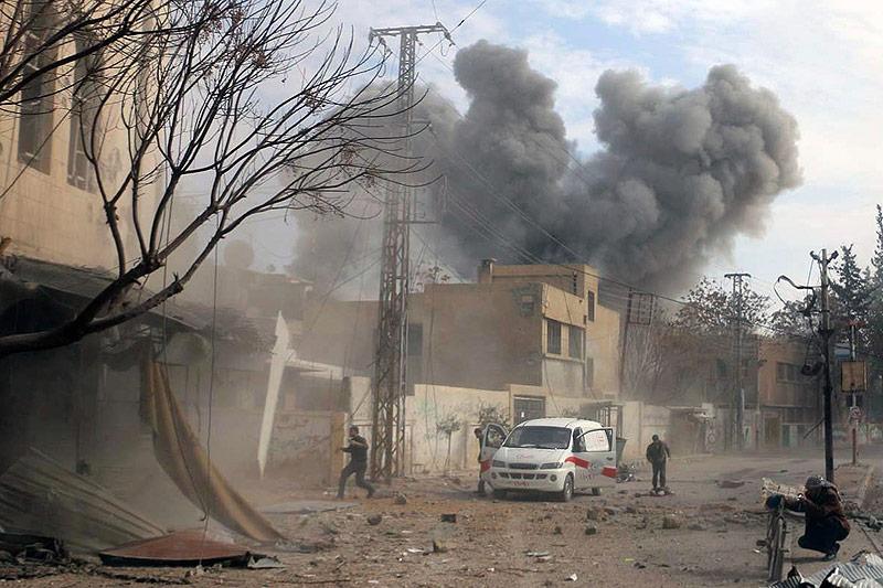 Rauchsäulen über syrischer Stadt