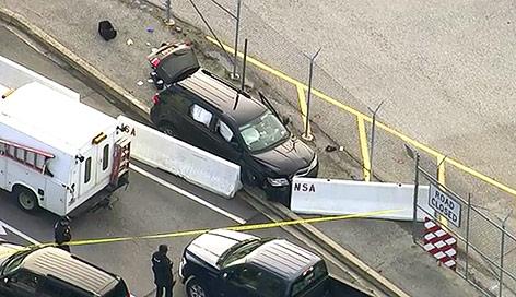 Luftaufnahme eines schwarzen Autos, das eine Betonbarriere gerammt hat