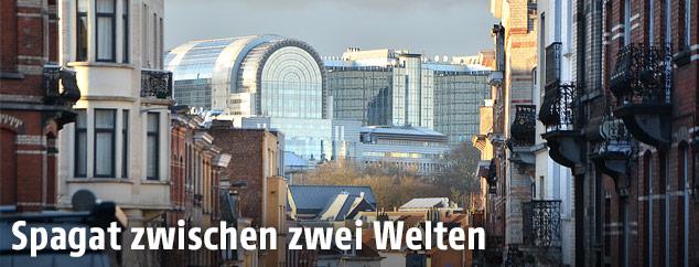 Blick durch eine Straße in Brüssel auf das EU-Parlament