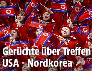 Nordkoreanische Frauen mit Flaggen
