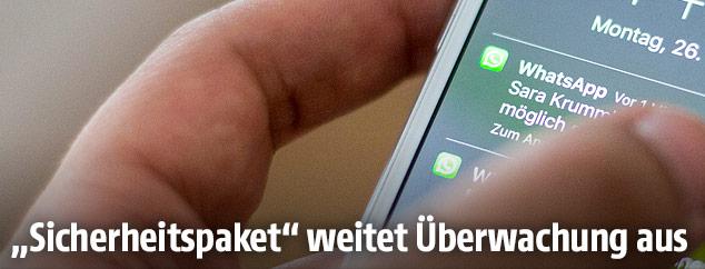 Handy zeigt eine WhatsApp-Nachricht
