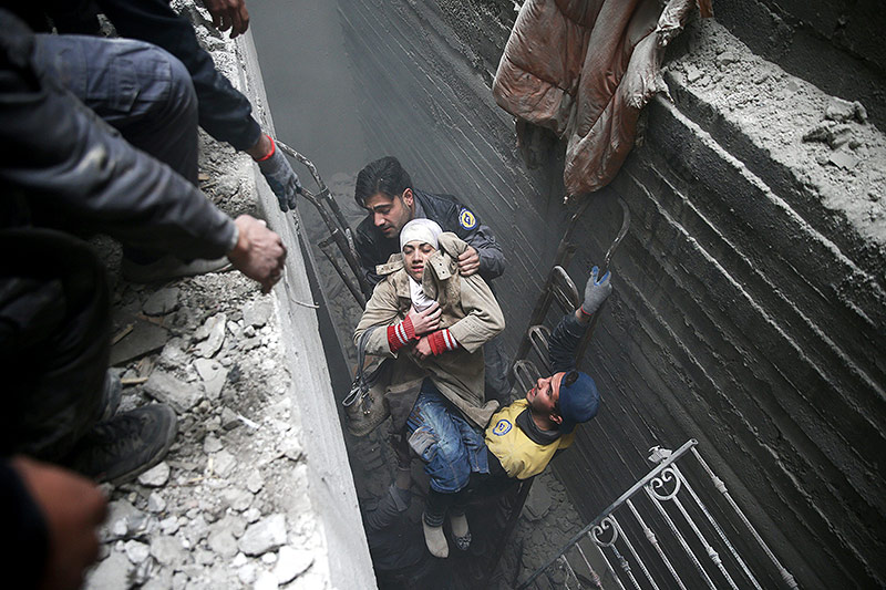 Verschüttete Syrerin wirden von Rettungskräften geborgen