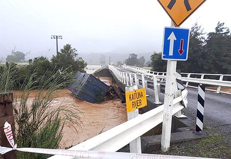 Überflutete Brücke in Neuseeland