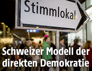 Wegweiser zu einem Stimmlokal in Bern