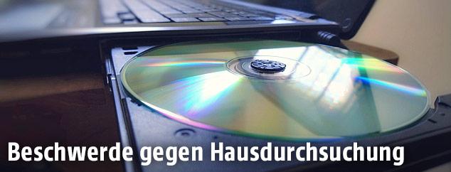 CD in der CD-Lade eines Laptops