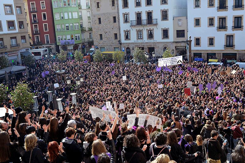Tausende demonstrierende Frauen in Bilbao