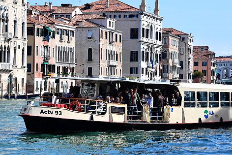Vaporetto auf einem venezianischen Kanal
