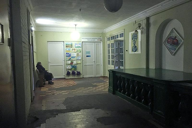 Frau in einem schwach beleuchteten Raum