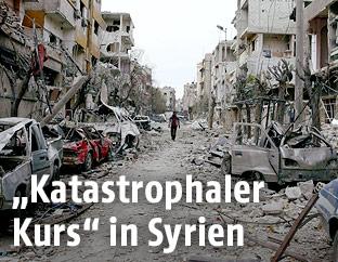 Zerstörte Autos und Häuser in der Stadt Douma in Ostghouta